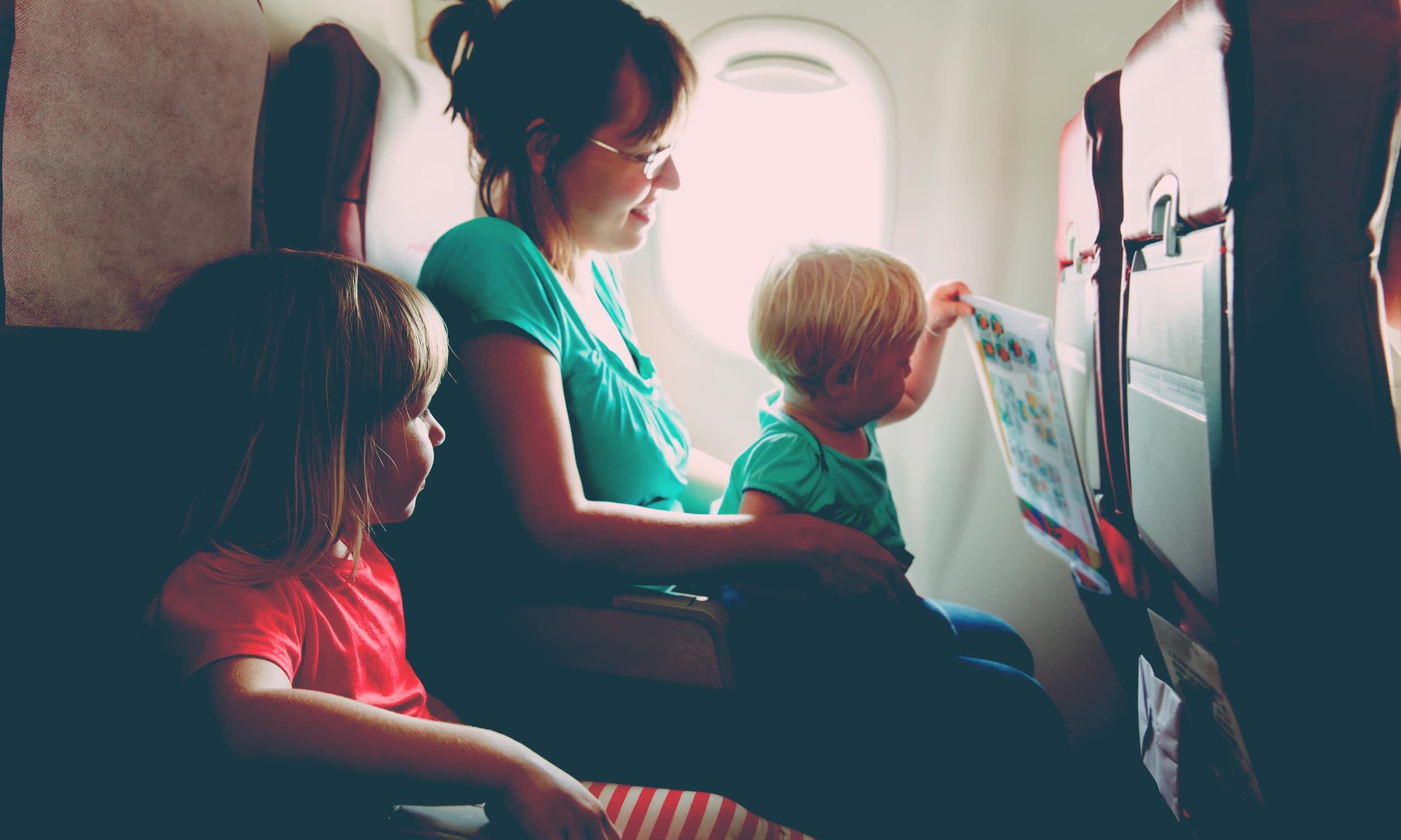 mère enfant avion